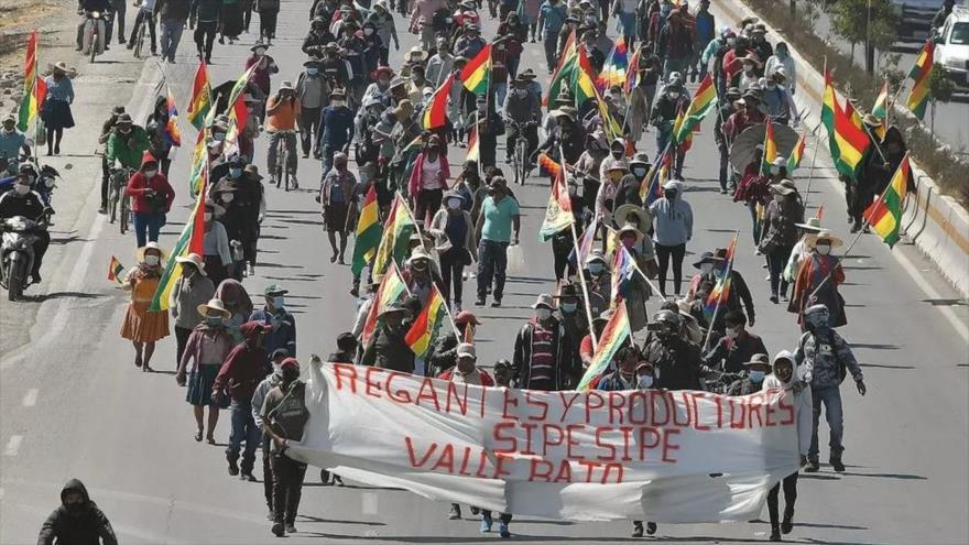Manifestantes en Cochabamba (Bolivia) marchan en una protesta contra el aplazamiento de las elecciones, 10 de agosto de 2020. (Foto: EFE)