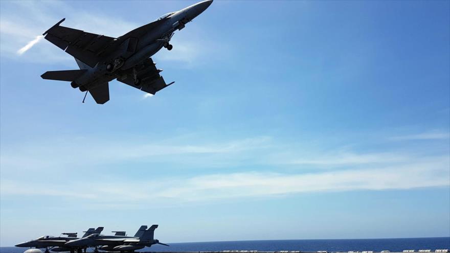 Un caza F-18 despega de la cubierta del portaviones estadounidense USS Theodore Roosevelt en el mar de la China Meridional. (Foto: Reuters)