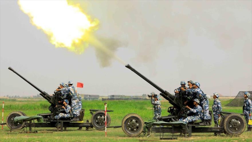 Soldados chinos disparando aritillería antiaéra durante unas maniobras.