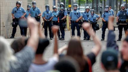 Confianza en la Policía cae a su mínimo histórico en EEUU
