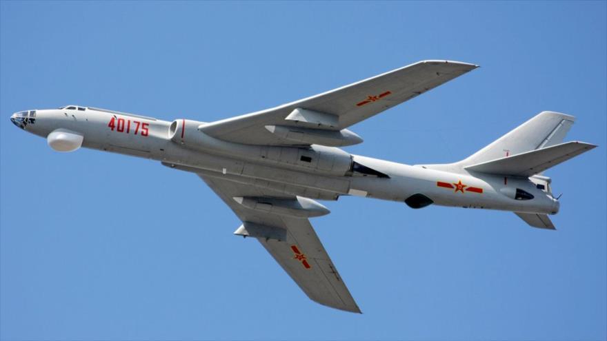 Un bombardero pesado chino modelo Xian H-6J en pleno vuelo.