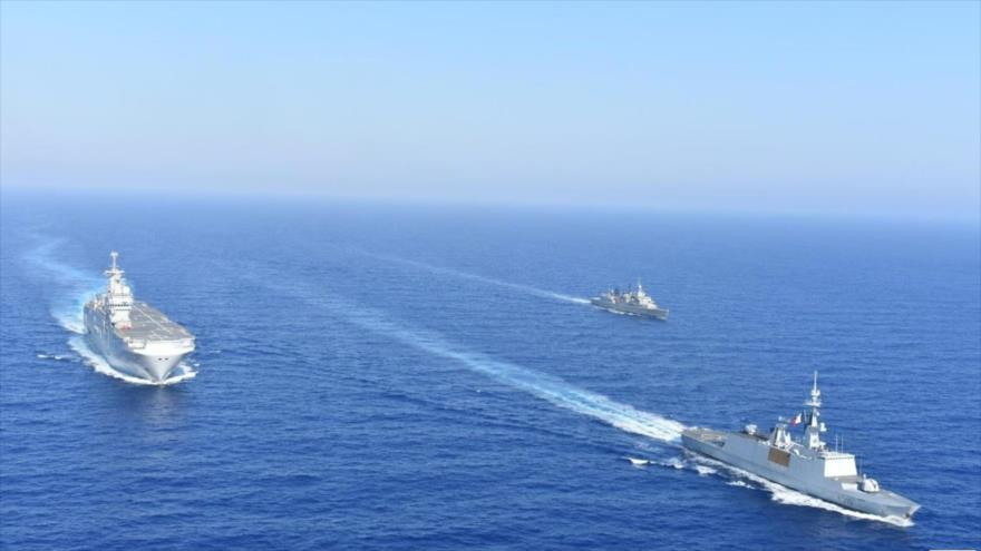 Buques de guerra griegos y franceses realizan un ejercicio militar conjunto en el mar Mediterráneo,13 de agosto de 2020. (Foto: Reuters)