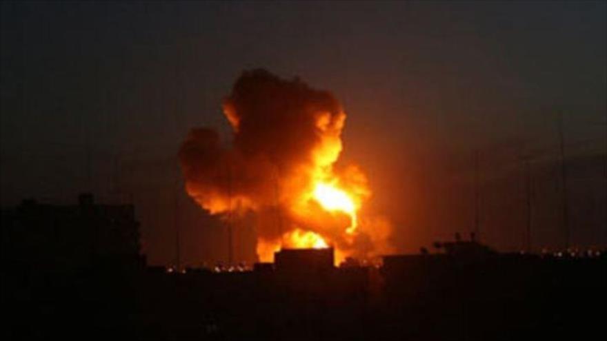 Explosión resultante de un ataque israelí contra la asediada Franja de Gaza, 14 agosto de 2020.