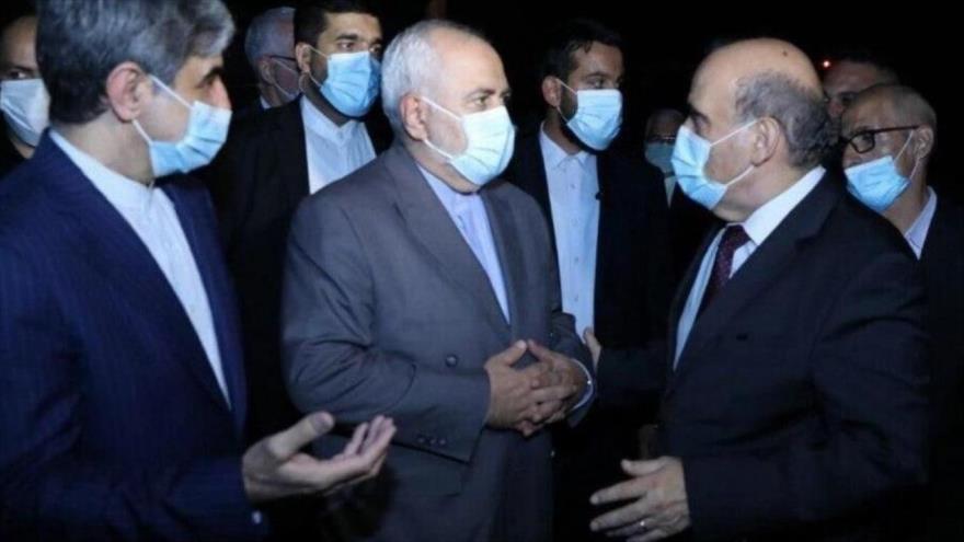 El canciller de Irán, Mohamad Yavad Zarif, recibido por su homólogo libanés, Charbel Wehbe, en Beirut, capital de El Líbano, 13 de agosto de 2020.