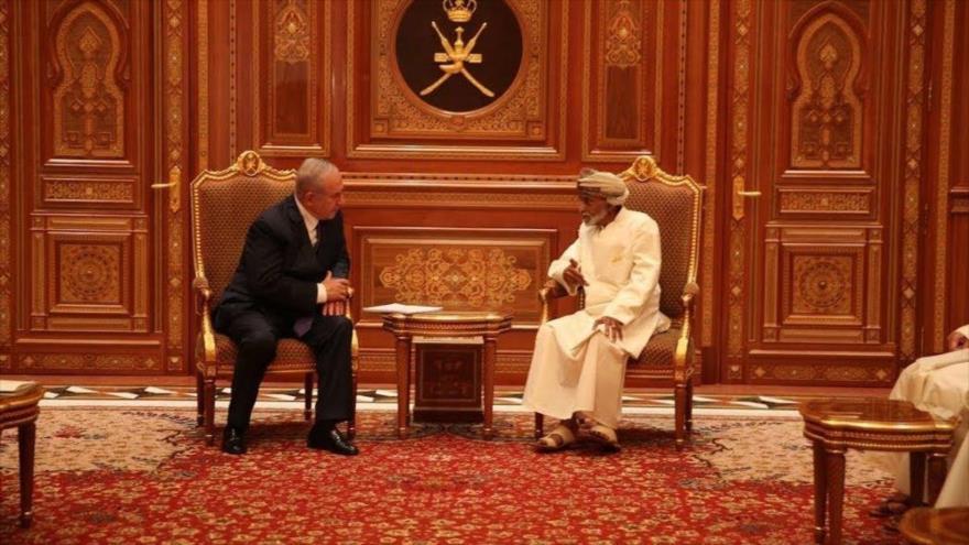 El primer ministro Israelí, Benjamín Netanyahu (izd.), visita a exsultán de Omán, Qabus bin Said, en su país.