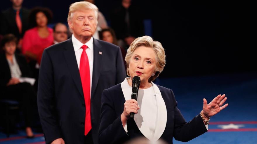 Excandidata presidencial demócrata, Hillary Clinton, y el presidente de EE.UU., Donald Trump, durante un debate electoral en 2016, San Luis, Misuri.