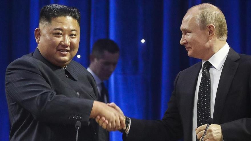 El presidente de Rusia, Vladímir Putin (dcha.), saluda al líder norcoreano, Kim Jong-un, en una cumbre en Vladivostok, 25 de abril de 2019. (Foto: TASS)