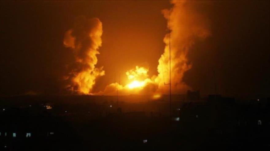 Una columna de fuego causada por el ataque de aviones israelíes en la ciudad de Gaza.