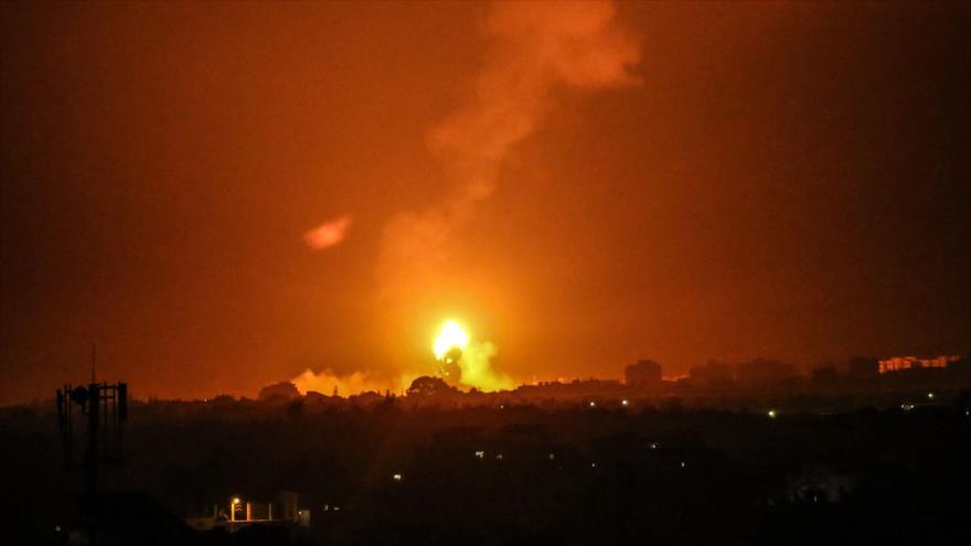 Columna de humo se eleva tras un ataque israelí contra Jan Yunis, Franja de Gaza, 16 de agosto de 2020. (Foto: AFP)