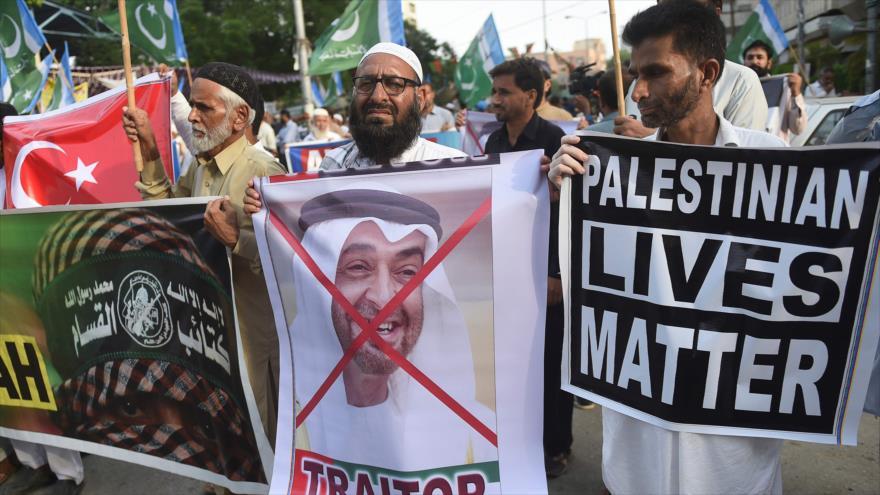 Paquistaníes protestan contra el acuerdo entre Israel y los Emiratos Árabes Unidos para normalizar sus vínculos, Karachi, 16 de agosto de 2020. (Foto: AFP)