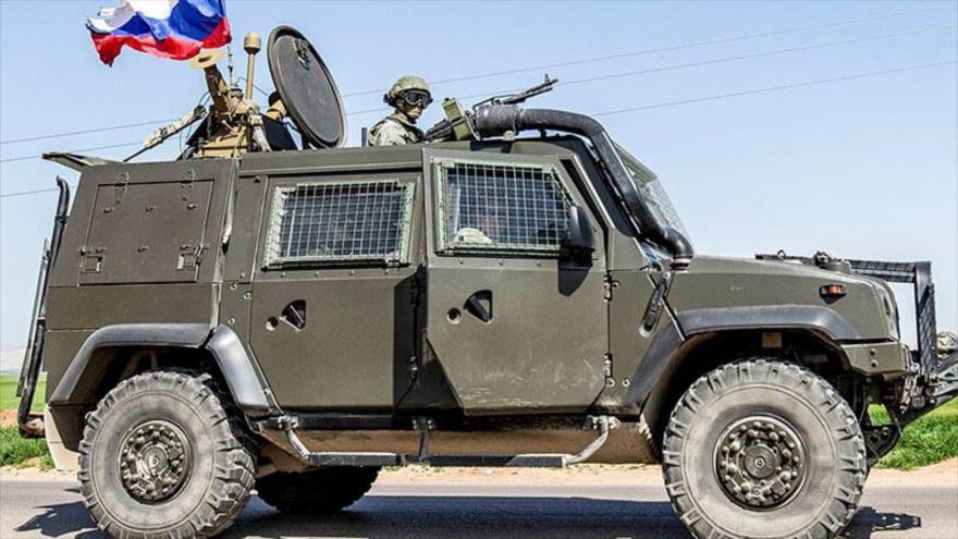 Un vehículo militar ruso en la ciudad de Al-Qamishli, en la provincia siria de Al-Hasaka, 9 de marzo de 2020. (Foto: AFP)