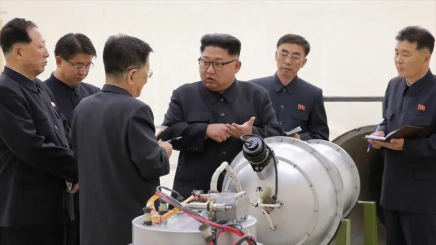 El líder norcoreano, Kim Jong-un (C), mira una carcasa de metal con dos bultos en un lugar no revelado, 3 de septiembre de 2017.
