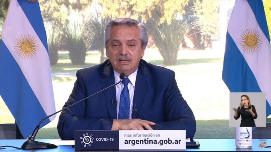 El presidente de Argentina, Alberto Fernández, pronuncia un discurso televisado desde la residencia presidencial.