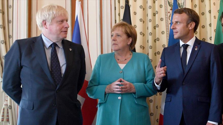 El premier británico, Boris Johnson (izq.), junto a la Canciller alemana, Ángela Merkel, y el presidente de Francia, Emmanuel Macron, reunidos en Biarritz, el 24 de agosto 2019. (Foto: Getty Images)