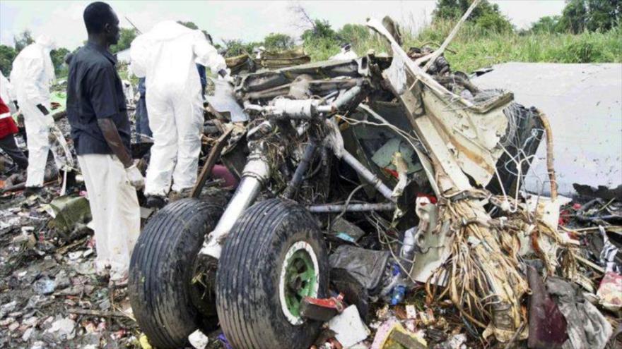 Varios investigadores examinan el lugar donde se estrelló un avión, cerca del aeropuerto internacional en Yuba, en Sudán del Sur. Foto de archivo de EFE