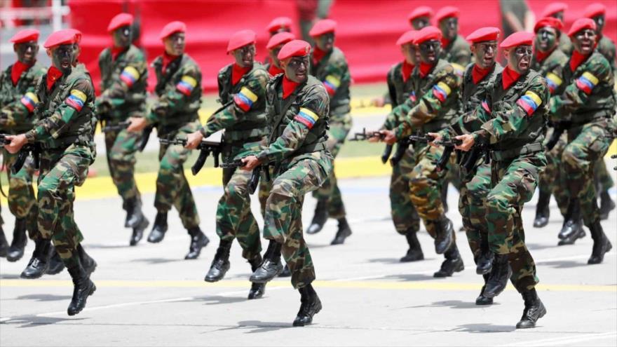 Miembros de la Fuerza Armada Nacional Bolivariana (FANB) de Venezuela en un desfile en Caracas, la capital.