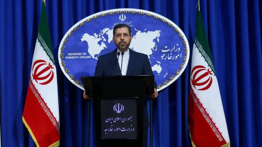 El nuevo portavoz de la Cancillería de Irán, Said Jatibzade, en una rueda de prensa en Teherán, la capital, 24 de agosto de 2020. (Foto: IRNA)