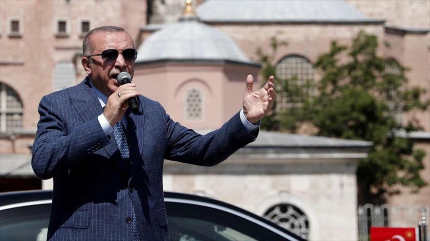 El presidente turco, Recep Tayyip Erdogan, habla después de asistir al rezo del viernes en la Gran Mezquita de Santa Sofía en Estambul.
