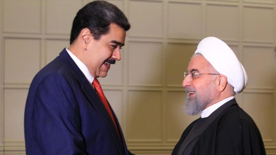 El presidente venezolano, Nicolás Maduro (izda.), y su par iraní, Hasan Rohani, en Baku, 25 de octubre de 2019. (Foto: AFP)