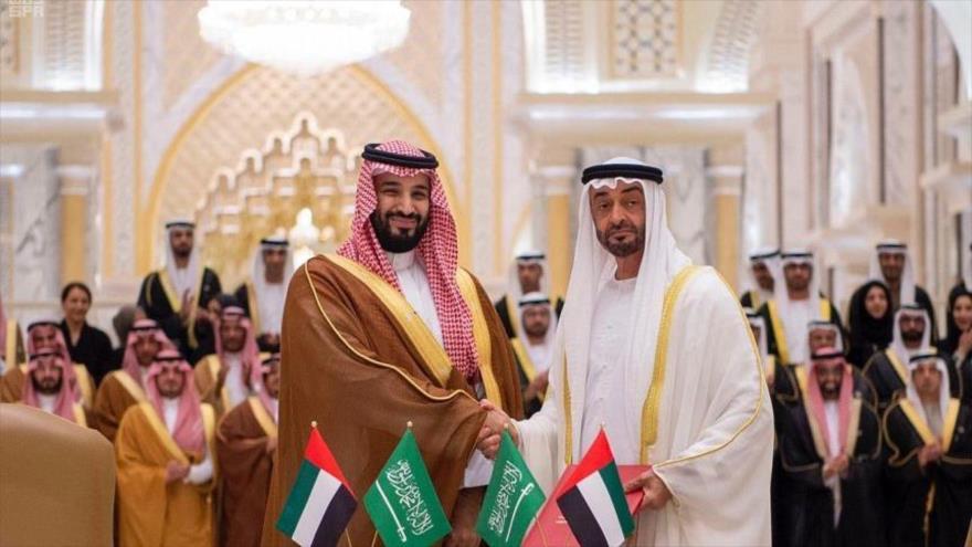 Muhamad bin Salman Al Saud (izda.), y Muhamad bin Zayed Al Nahyan, príncipes herederos de Arabia Saudí y Emiratos Árabes Unidos, respectivamente.