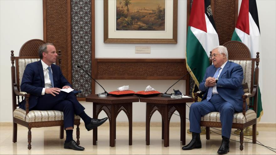 El presidente palestino, Mahmud Abás (dcha.), se reúne con el canciller británico, Dominic Raab, 25 de agosto de 2020.