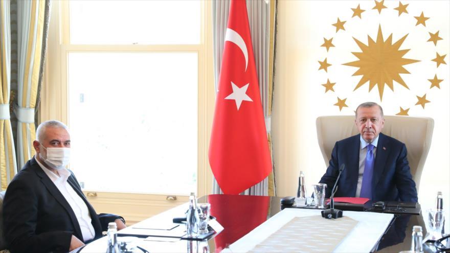 El presidente turco, Recep Tayyip Erdogan (dcha.), y el líder de HAMAS, Ismail Haniya, en Estambul, 22 de agosto de 2020.