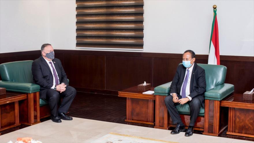 El secretario de Estado de EE.UU., Mike Pompeo (izq.), se reúne con el primer ministro sudanés, Abdalá Hamdok, en Jartum, 25 de agosto de 2020. (Foto: AFP)