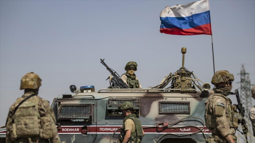 Soldados rusos en un vehículo militar, ciudad al-Malikiyah (Derik), sita en el noreste de Siria, 3 de junio de 2020. (Foto: AFP)