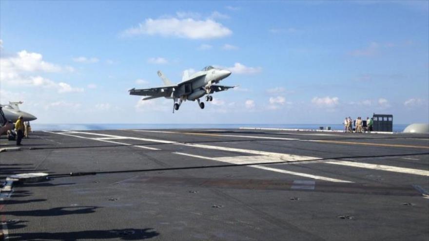 Un caza estadounidense FA-18 aterriza al protaviones USS John C. Stennis en el mar de la China Meridional. (Foto: AFP)