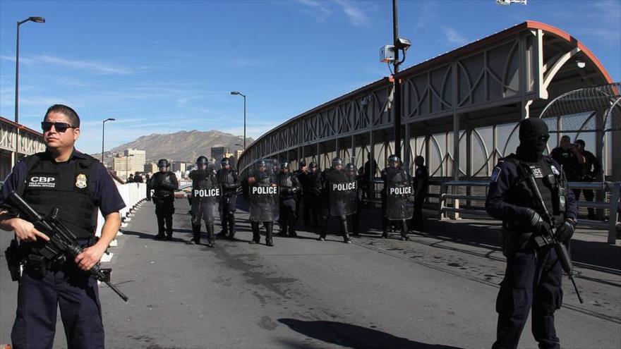 Agentes estadounidenses durante un simulacro de seguridad fronteriza en el puente internacional México-EE.UU., 29 de octubre de 2018.