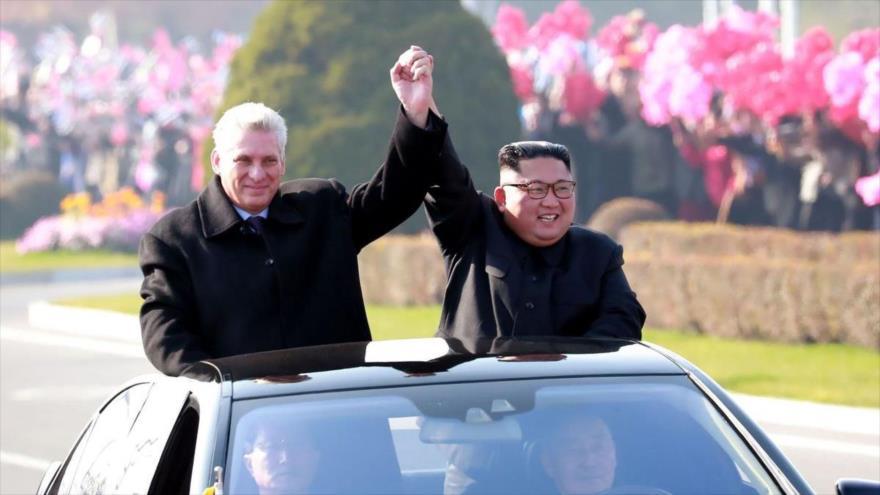 El líder norcoreano, Kim Jong-un, (dcha.) y el presidente de Cuba, Miguel Díaz-Canel, en Pyongyang, la capital norcoreana. 4 de noviembre de 2018. (Foto: AFP)