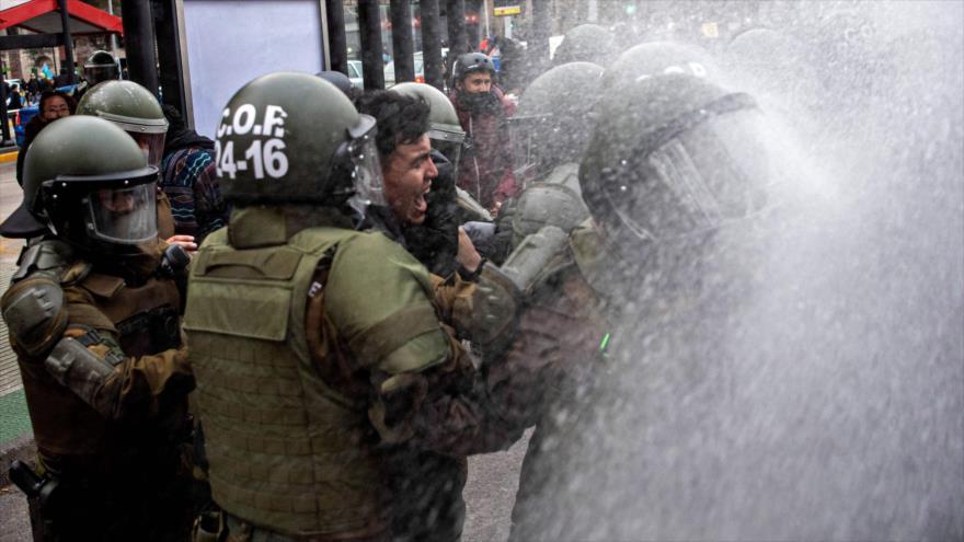 Vídeo: Los carabineros reprimen una protesta en Chile | HISPANTV