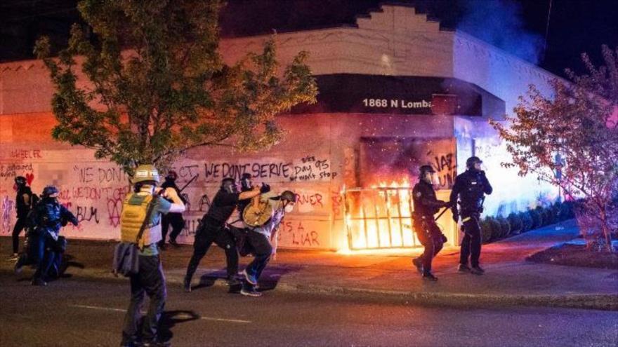 Manifestantes antirracistas queman edificio de Policía en Portland   HISPANTV