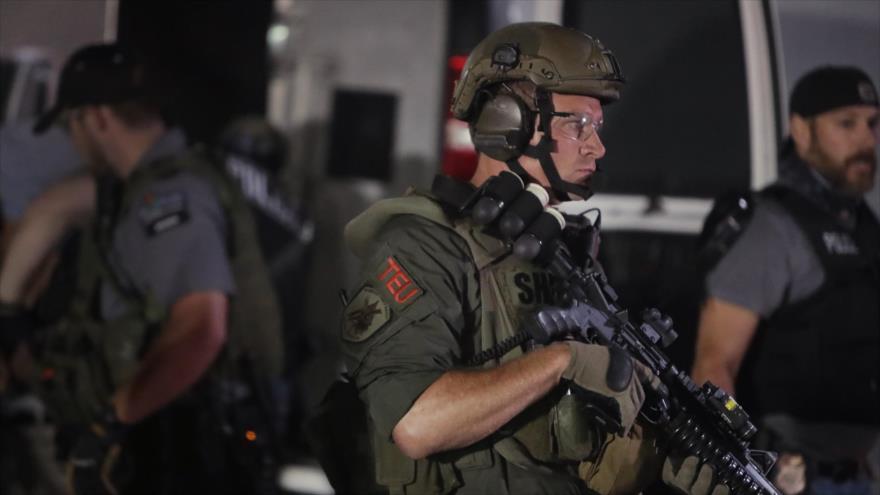 Un agente de Policía en una protesta antirracista en Kenosha (Wisconsin, EE.UU.), 29 de agosto de 2020. (Foto: AFP)