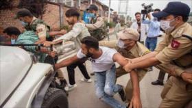 Policía de La India ataca a los dolientes musulmanes en Cachemira