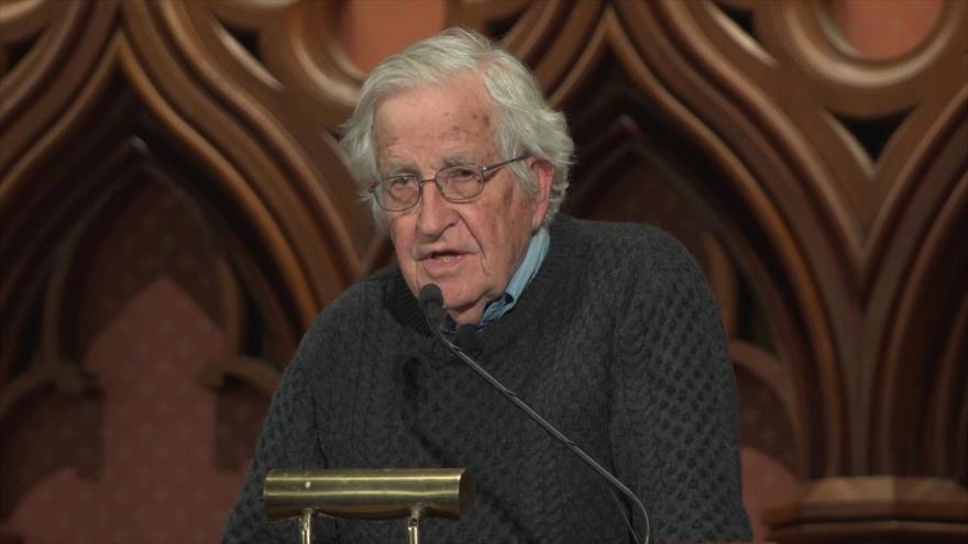 El reconocido politólogo Noam Chomsky habla en un mitin.