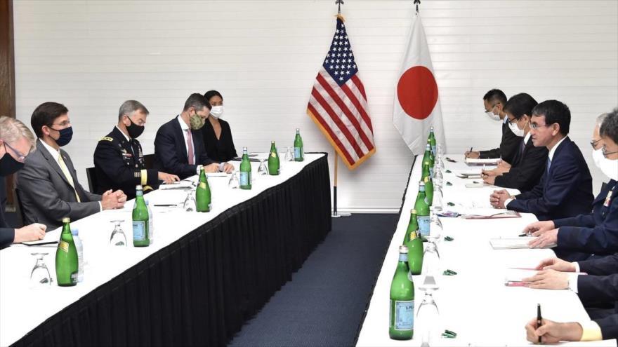 El ministro de Defensa de Japón, Taro Kono, y el secretario de Defensa de EE.UU., Mark Esper, se reúnen en una base militar en Guam, 29 de agosto de 2020.