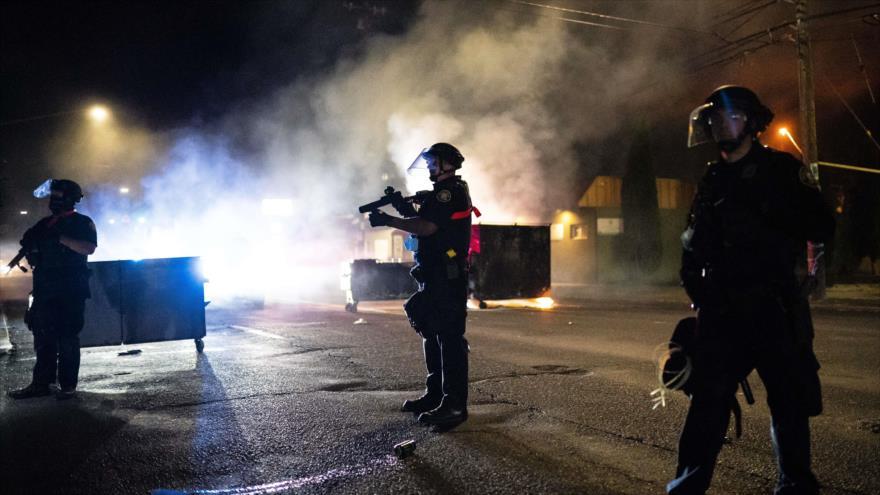 Policía dispersa a un grupo de manifestantes antirracismo en Portland , noreste de EE.UU., 29 de agosto de 2020. (Foto: AFP)