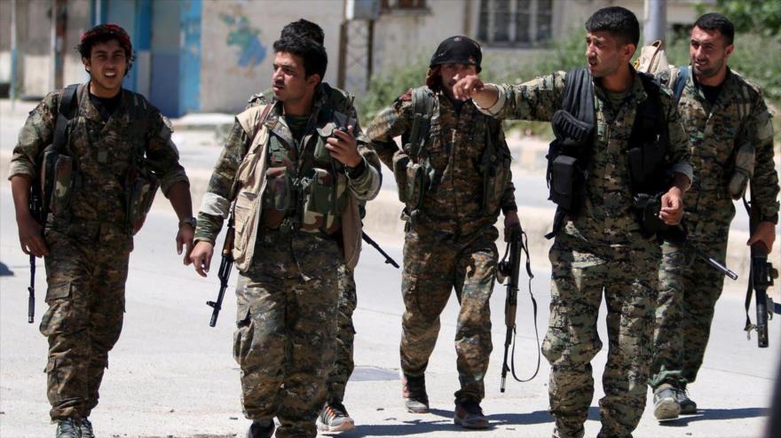 Miembros de la milicia kurda Unidades de Protección Popular en la ciudad de Al-Qamishli, en Al-Hasaka, noroeste de Siria. (Foto: Reuters)