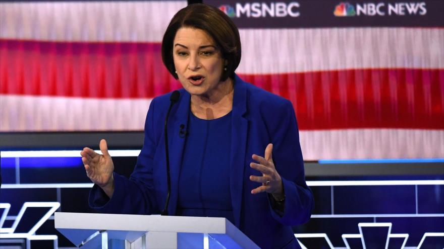 La senadora Amy Klobuchar habla en un debate durante las primarias demócratas de 2020. (Foto: AFP)