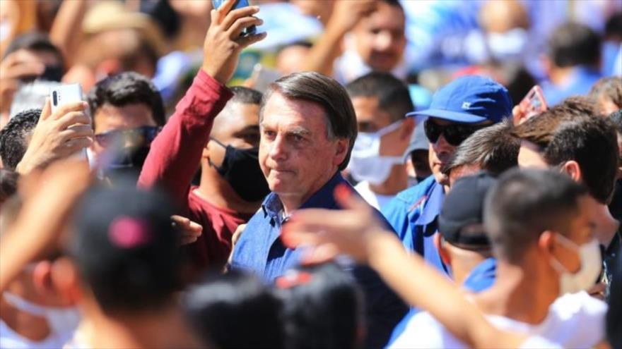 Bolsonaro, con COVID-19, camina entre la gente sin mascarilla | HISPANTV