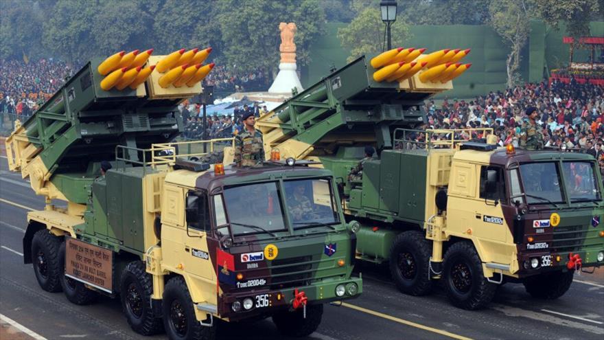 Lanzadores múltiples de cohetes guiados Pinaka en un desfile militar en Nueva Delhi, la capital de La India.