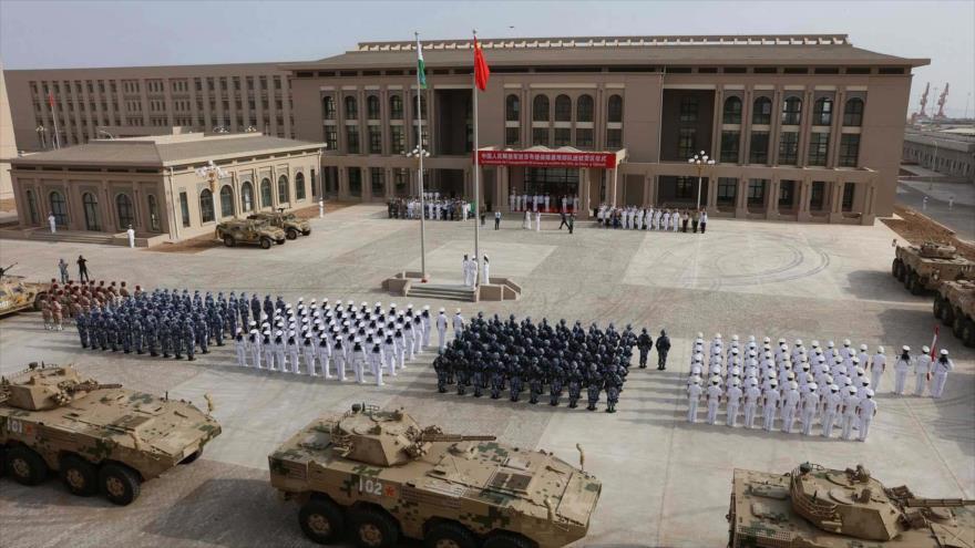 Personal del Ejército Popular de Liberación de China asiste a la ceremonia de apertura de una base militar en Djibouti, 20 de agosto de 2017.