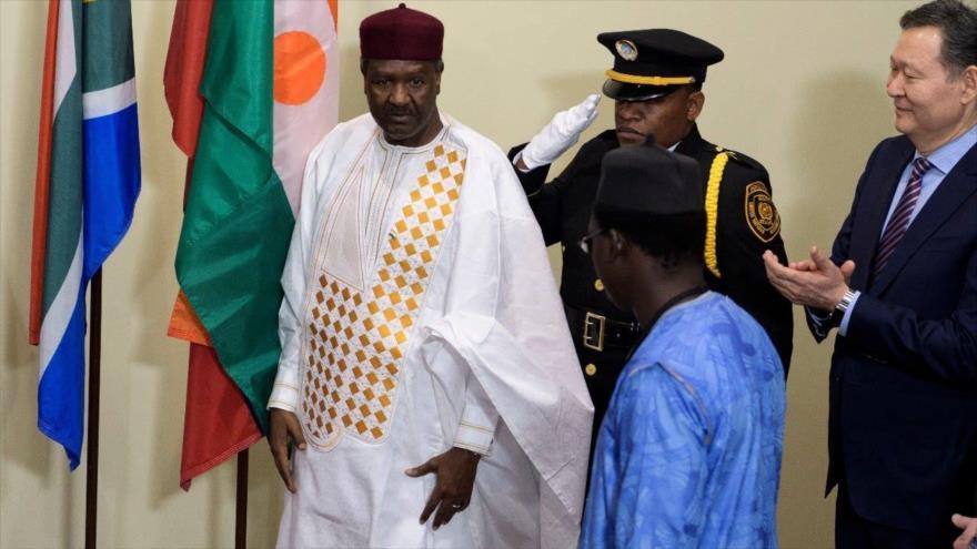 El embajador de Níger ante la Organización de las Naciones Unidas (ONU), Abdou Abarry (izda.).
