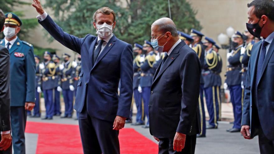 El presidente francés, Emmanuel Macron (izda.), con su par libanés, Michel Aoun, en el palacio presidencial en las afueras de Beirut. 1 de septiembre de 2020.