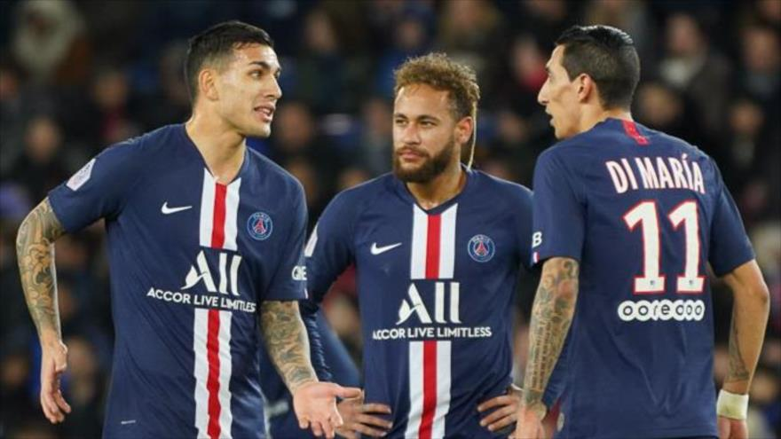 Futbolistas del club París Saint-Germain (PSG) Neymar (centro), Di María (izda) y Daniel Paredes.