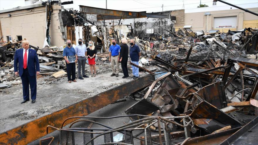 El presidente de EE.UU., Donald Trump (izq.), recorre un área afectada por los disturbios en Kenosha, Wisconsin, 1 de septiembre de 2020. (Foto: AFP)