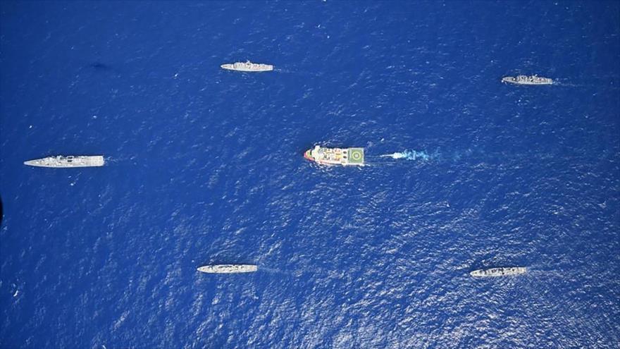 El buque turco de investigación sísmica Oruc Reis, escoltado por barcos de la Armada turca mientras zarpa en el Mediterráneo, 12 de agosto de 2020. (Foto: Reuters)