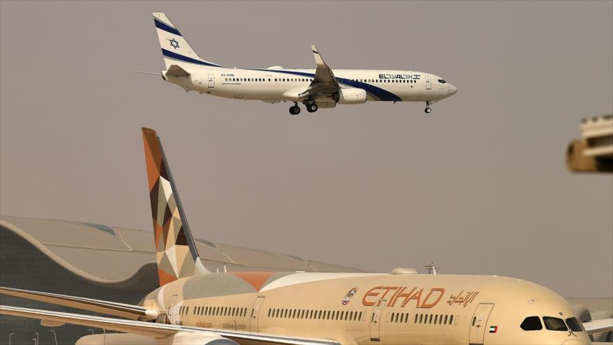 Un avión de la aerolínea israelí El Al aterriza en el Aeropuerto de Abu Dhabi, capital de los Emiratos Árabes Unidos, 31 de agosto de 2020. (Foto: AFP)
