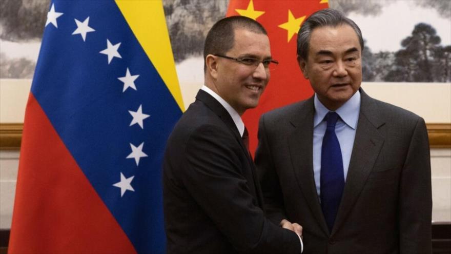El canciller chino, Wang Yi (dcha.), y su par venezolano, Jorge Arreaza, casa estatal de huéspedes Diaoyutai, Pekín, 16 de enero de 2020.